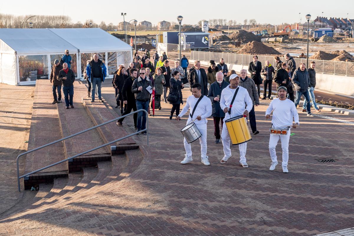 Trommelaars lopen vooruit en nemen gasten mee op bouwplaats