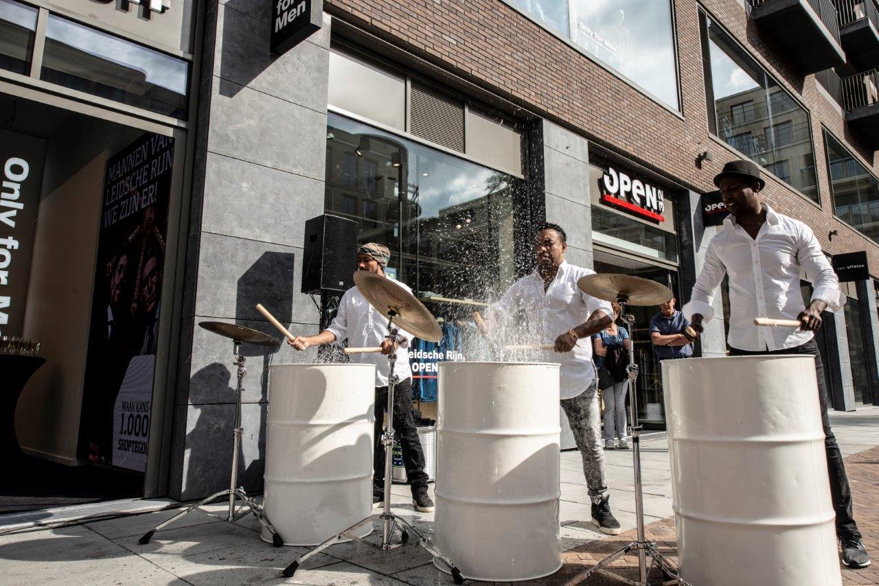 Percussie act olievaten opspattend water buiten