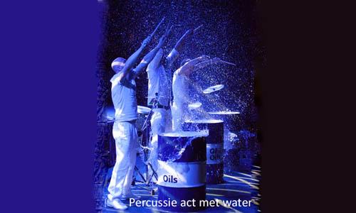percussie act op olievaten