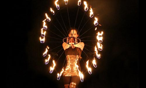 Show act met kandelaar met vuur en vuur poi