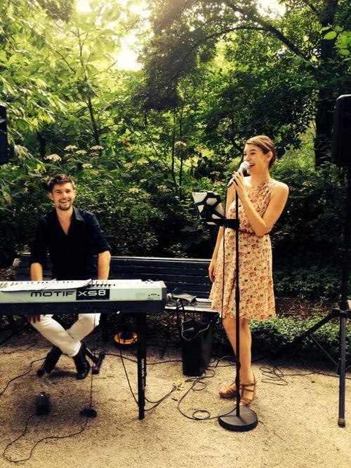 Italiaanse zangeres Caterina met pianist