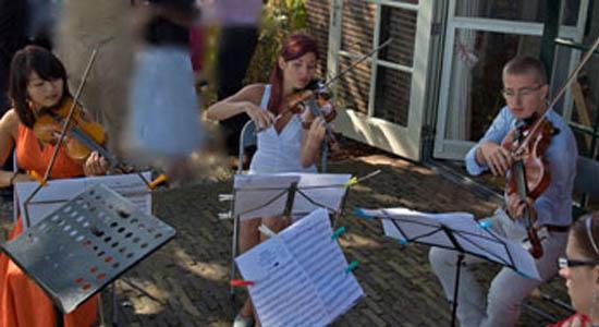 Het Kenzo strijkensemble speelt licht klassieke achtergrondmuziek