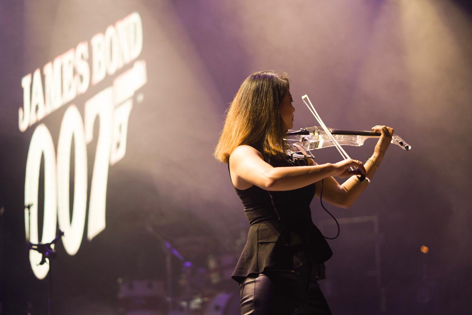 Bond act met violiste Miss Sun