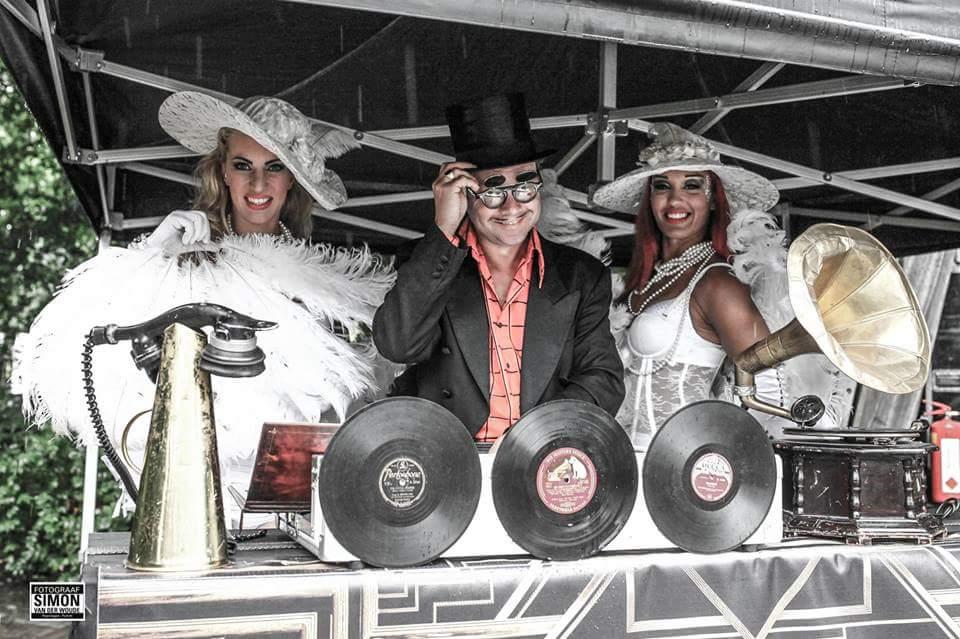 Retro DJ met showdanseressen