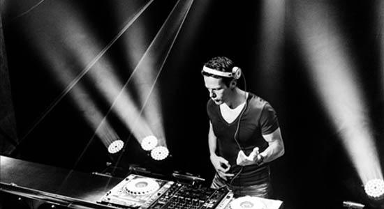 Allround DJ Niels met als specialiteit het draaien van Club, Groove, Funk en House.