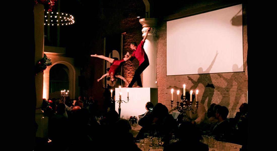 Acrobatisch duet op blok