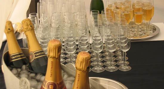 Champagne act op originele wijze
