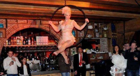 Showdanseressen Eva luchtacrobatiek