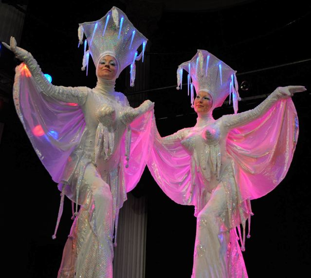 Steltenlopers act - Winter Diva's - Ice Queens