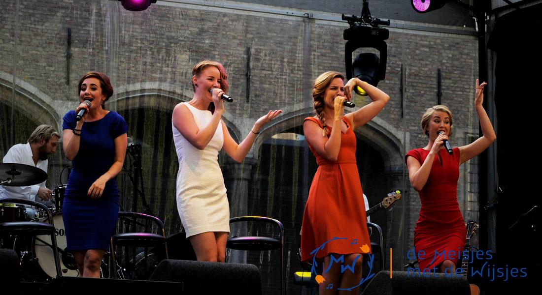 De Meisjes met rood wit blauw oranje jurkjes